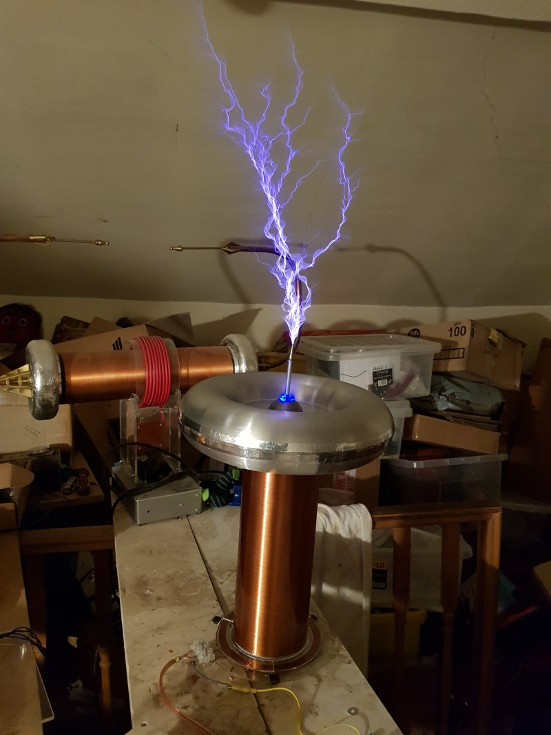 Musical Tesla Coil plays MIDI files at 200 volts